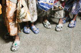英國設計師品牌Christopher Kane 2017年春夏成衣系列因為讓布希鞋Crocs登上伸展台而造成熱議(pic from VOGUE UK)