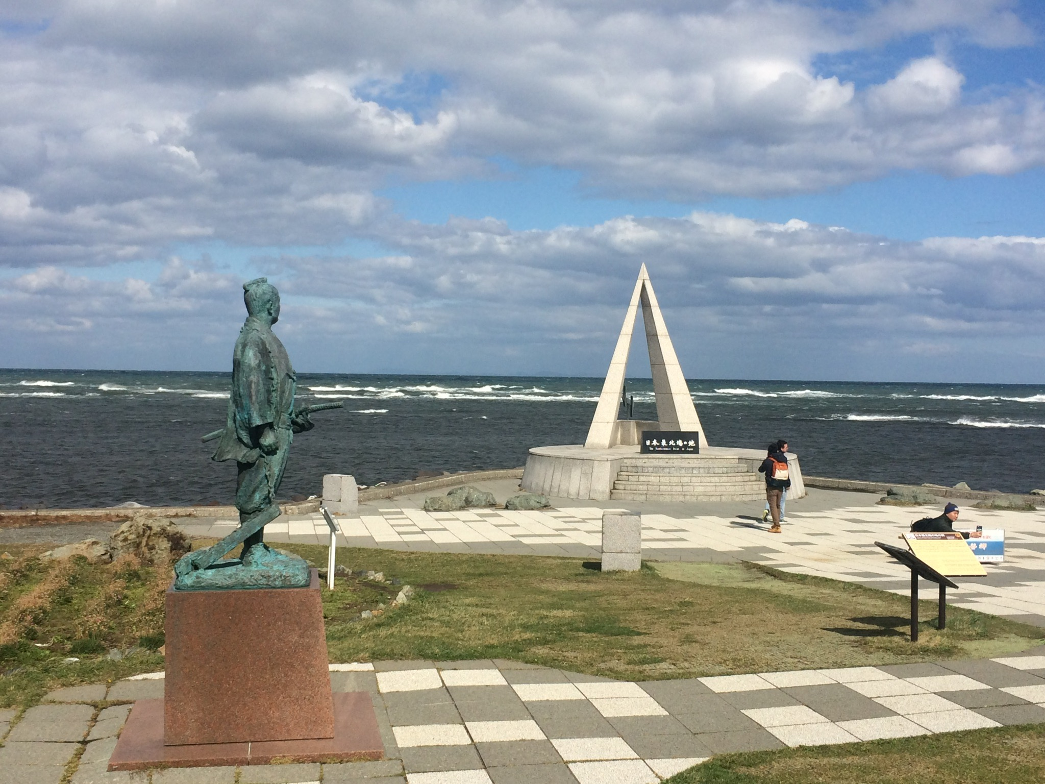 因為太冷了,手太凍,相機都拿不好。這是宗谷岬的紀念碑跟雕像。左邊的雕像是紀念第一個發現庫頁島的日本探險家間宮林藏,我非常喜歡這座雕像的設計,因為順著他面容的朝著方向,就會發現庫頁島,他就一直佇立在此,從日本領土,眺望遠在天邊近在咫尺的俄羅斯