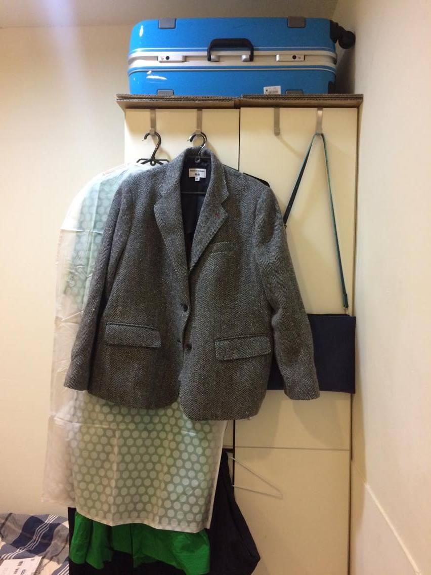 衣櫃上放了我的大行李箱,門上掛著長洋裝跟工作要穿的西裝外套以及包包