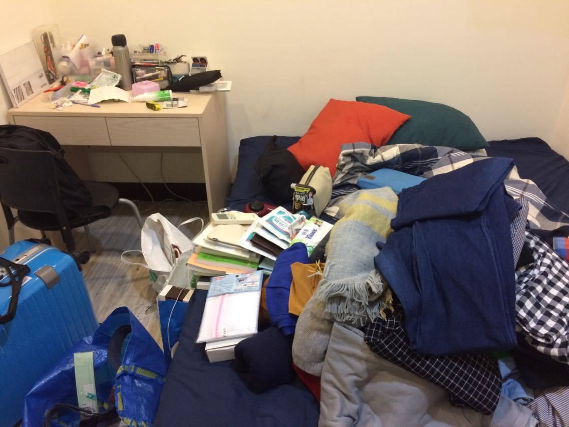 把行李全部放到床上一個個分類清點,剛開始真的很壯觀
