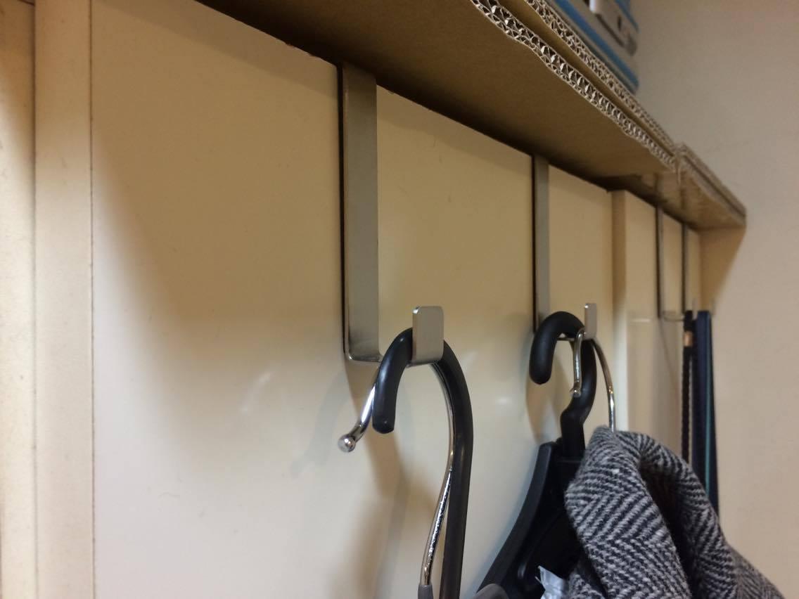 門後掛勾是大家的好朋友,不過買之前記得先量一下門的厚度,我就是忘記量了,所以只有衣櫃有用。