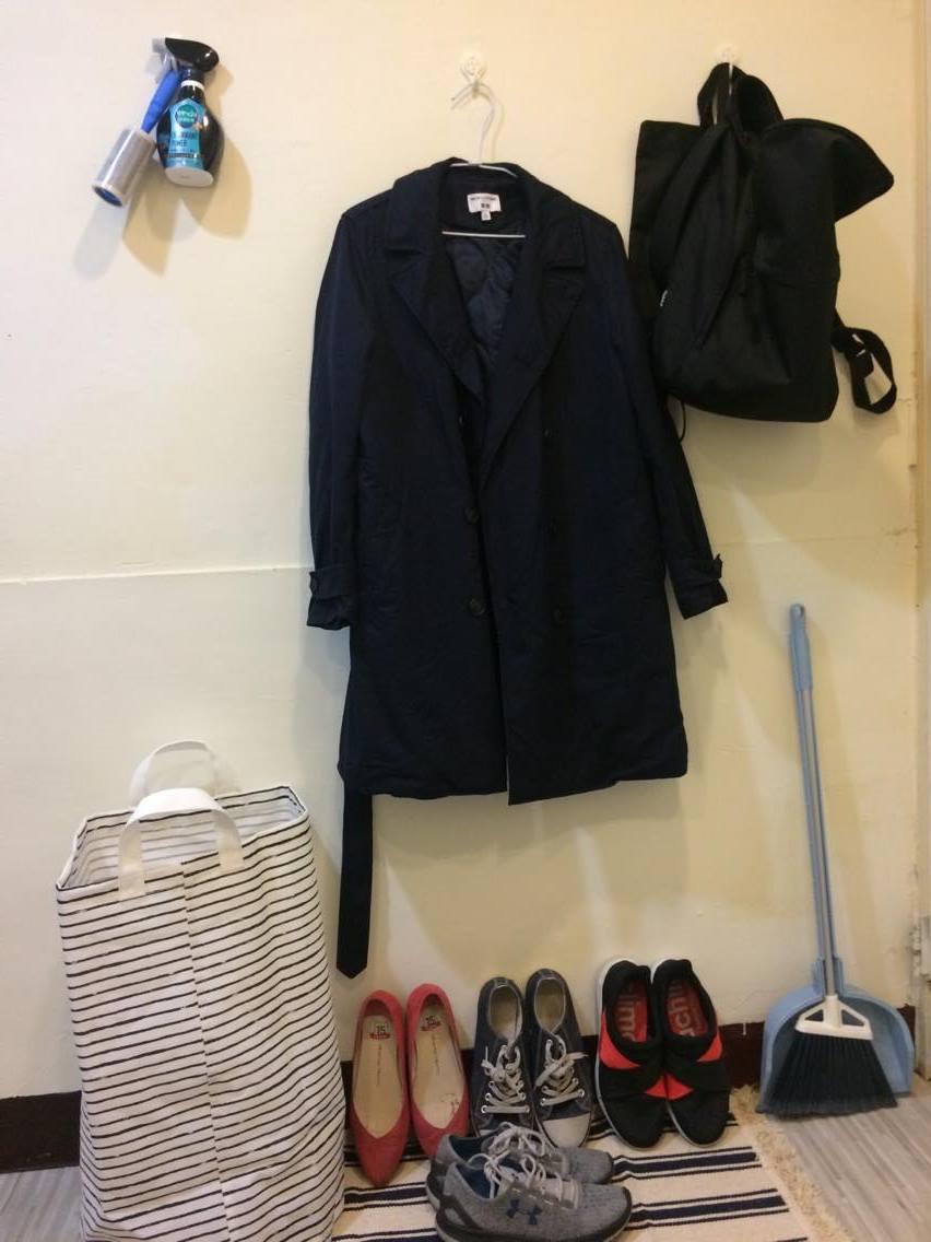 門後、衣櫃前長這樣,掛常穿的外套跟包包還有衣物除臭劑跟黏毛球捲。底下是鞋子,用一張地墊與地板隔開,左邊是洗衣袋,不會每天洗衣服,待洗的衣物就放裡面,擔心有異味就用上面的噴霧噴一下,大概三天洗一次衣服。最右邊是宜得利的好用掃把組。