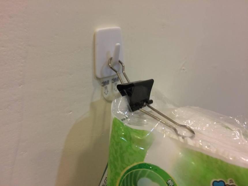 然後由於我是一個鼻子極度會過敏的人,非常需要衛生紙在唾手可得之處,所以我把衛生紙掛到牆上去了,不用買什麼壁面衛生紙套,一個3M掛勾跟長尾夾就夠了