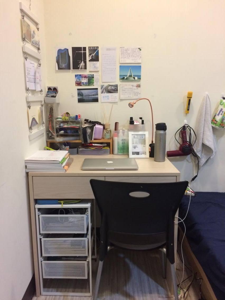 利用桌上置物架墊出一格空間再塞一點東西,牆壁太空就拿來貼一些喜歡的圖片跟明信片點綴一下