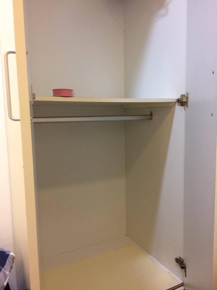 我的衣櫃長這樣,因為衣服是最佔體積的,所以勢必先得從這裡開始整理。我的衣櫃是兩層的,每個人的衣櫃都不同,適合的的收納工具也不同