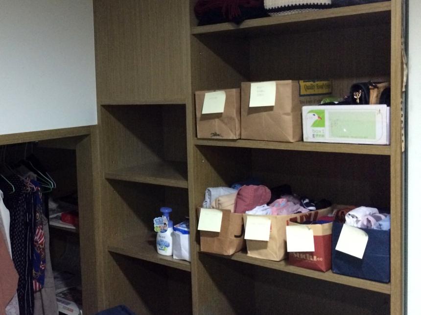 用紙袋DIY出數個收納盒,按照衣物款式逐一放好,並用便條紙註明物品內容。然後剛好找到一個郵局的盒子,暫時拿來收委託人的托特袋跟兩個包包。