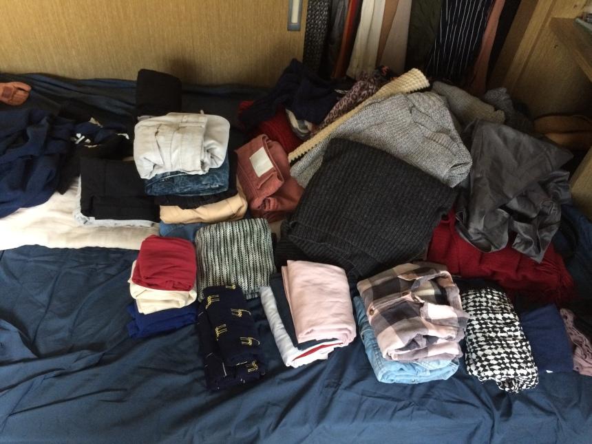 確定要留的衣服先摺好。 另外,襯衫最好是吊掛起來,但委託人的房間不夠,而這些是休閒襯衫,摺起來也無妨,所以我就摺起來了。